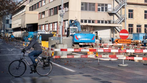 Derzeit ein gewohntes Bild: Baustellen auf der Industriestrasse. (Bild: Maria Schmid (Zug, 7. Dezember 2020))
