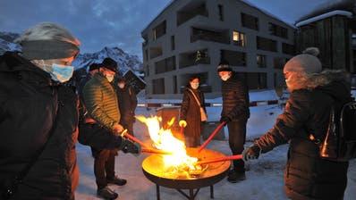 Angehörige erleuchten die Dezembernacht mit Fackeln. (Bild: Urs Hanhart (Engelberg,13. Dezember 2020))