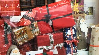 Die gesammelten Geschenke des Kiwanis Clubs Zug Ennetsee im Schaufenster der Drogerie Dorfgässli in Hünenberg (Bild: PD)
