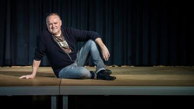 Martin Herzog, Präsident der Literaria Bischofszell, auf der leeren Bühne der Aula des Schulhauses Sandbänkli. (Bild: Reto Martin (Bischofszell, 3. Dezember 2020))
