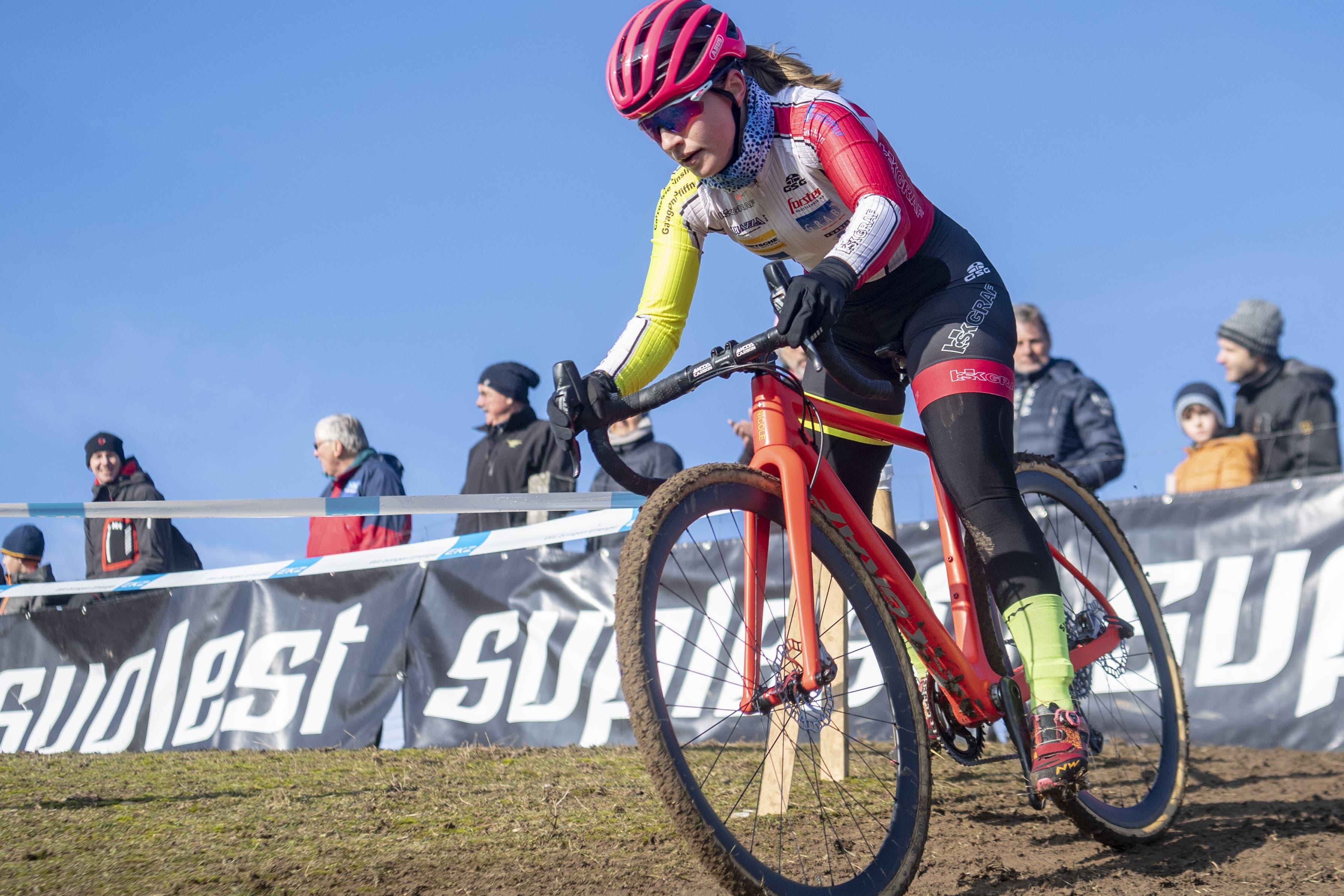 12. Januar: Nicole Göldi beherrscht nicht nur das Mountainbike brillant. An den Radquer-Schweizer-Meisterschaften in Baden sichert sich die junge Sennwalderin in der Kategorie U19 die Goldmedaille.