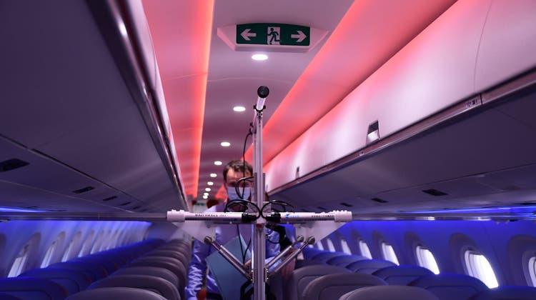 Der UV-Roboter der Schweizer Firma Uveya im Einsatz in einer Embraer-Maschine von Helvetic. (Dnata)