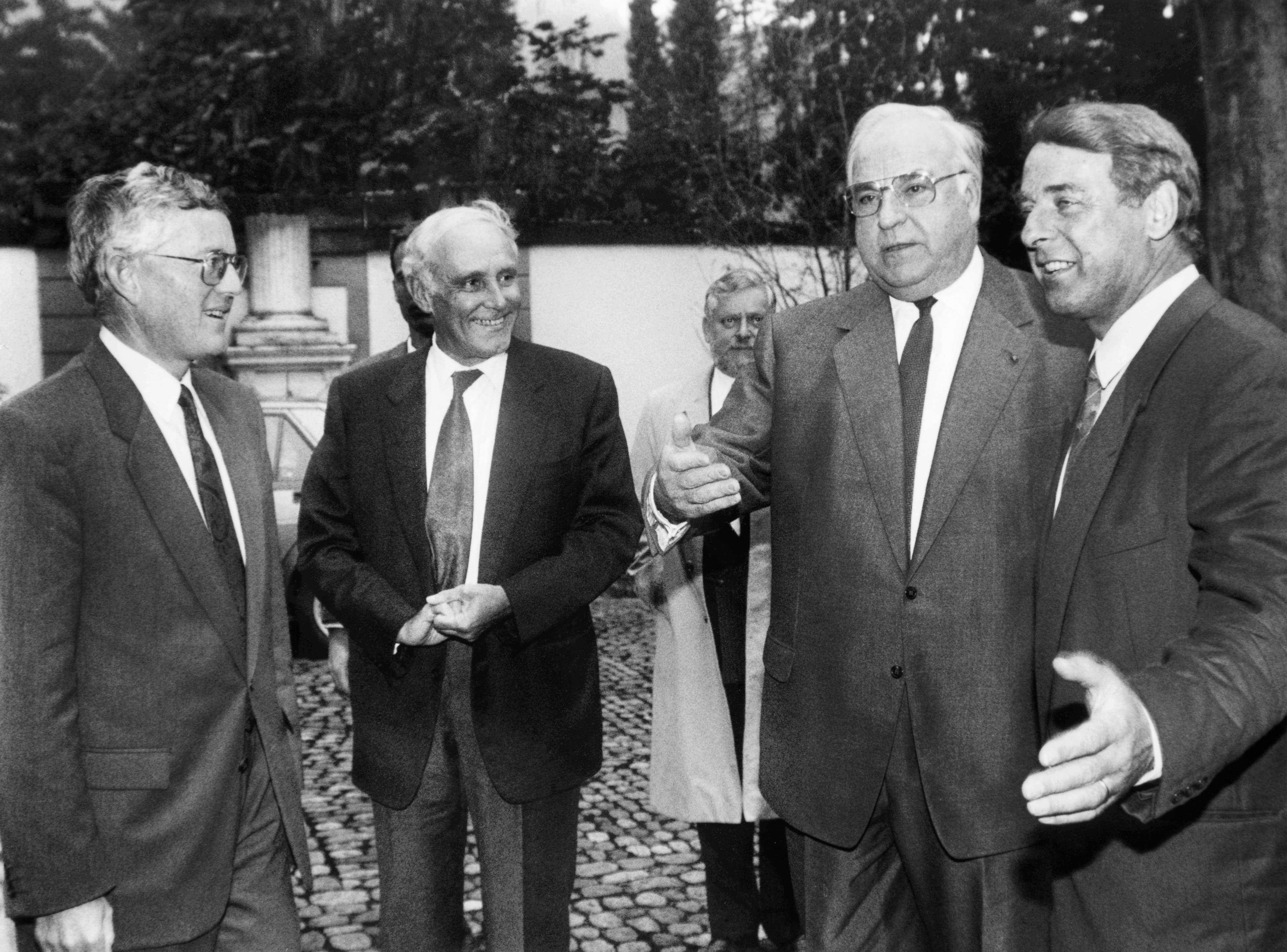 18. Oktober 1993: Die Bundesräte Kaspar Villiger (links) Flavio Cotti, und Adolf Ogi (rechts) empfangen in Bern den deutschen Bundeskanzler Helmut Kohl.