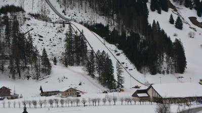 Die Engelberger Skisprungschanze ist bereit fürs Wochenende; im Auslauf finden letzte Schneeplanierarbeiten statt. (Bild: PD)