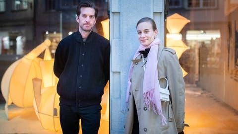 Christian Altherr und Zuzanna Weiss vor dem St.Galler Spisermarkt, wo einige ihrer Fabelwesen zu sehen sind. (Benjamin Manser)