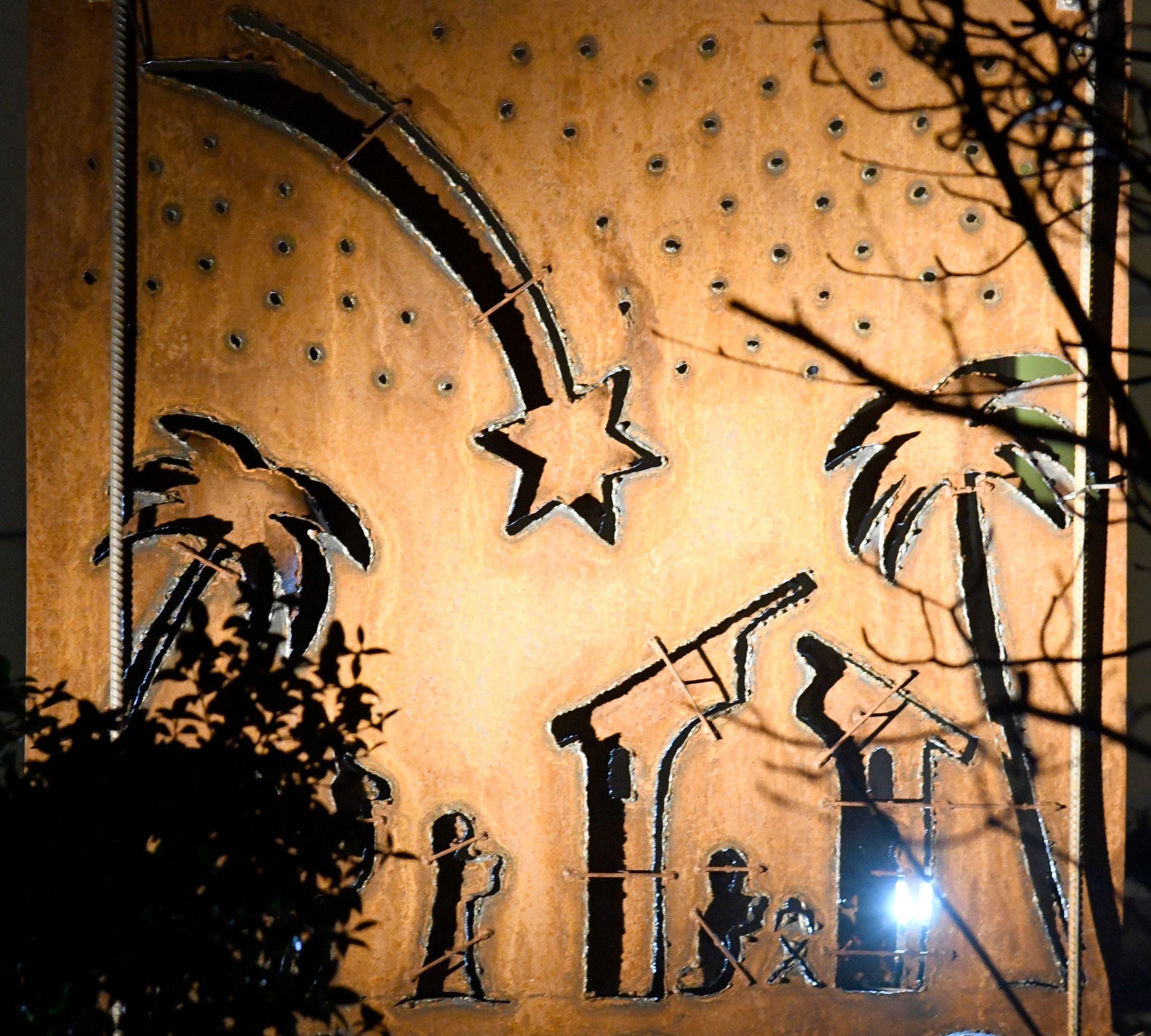 Festlich wirkt auch diese kunstvoll gefertigte Stahlplatte mit ausgeschnittenen Figuren (Quellenweg).