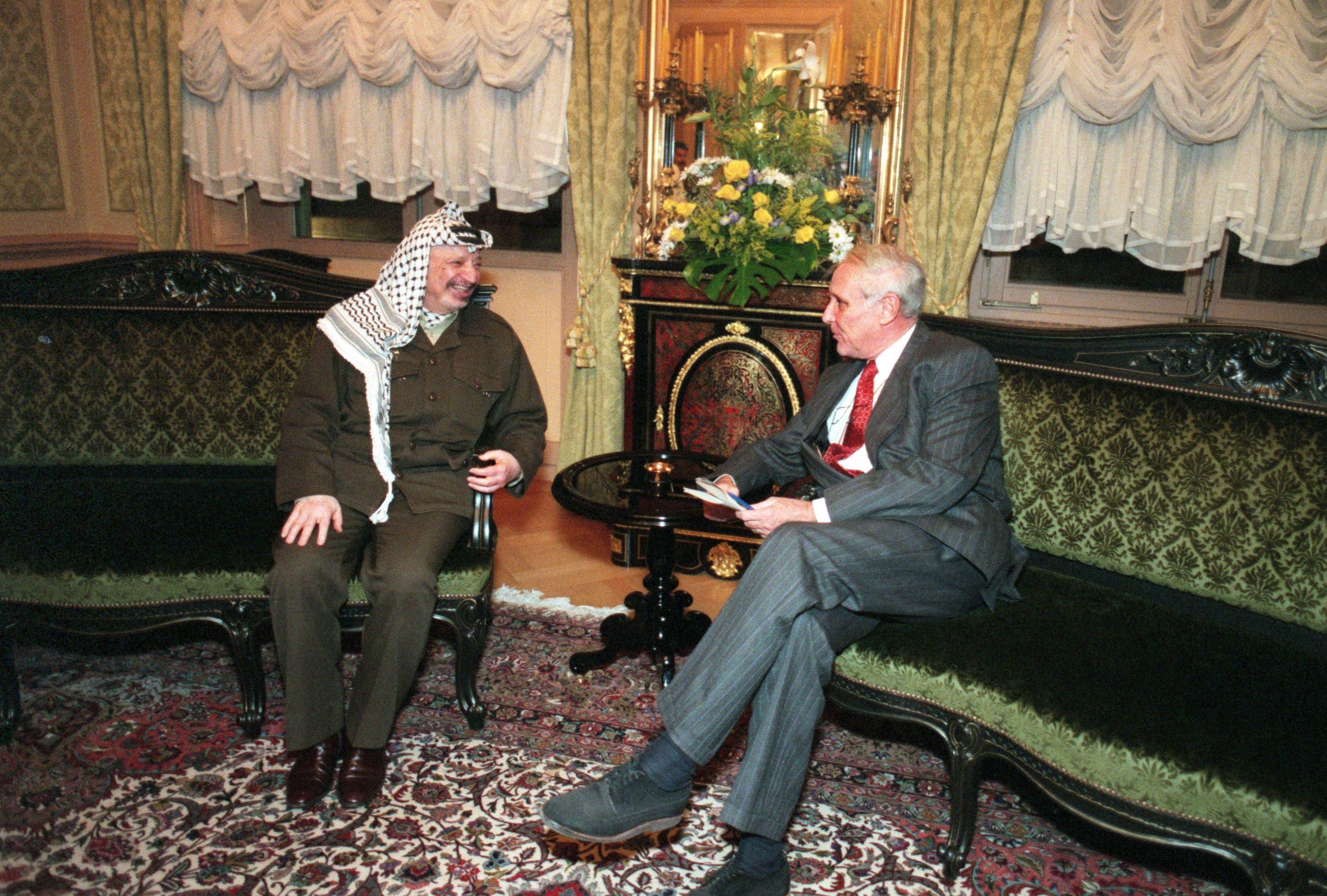 15. November 1997: Palästinenser-Präsident Yasser Arafat (links) und Bundesrat Flavio Cotti unterhalten sich in Bern am Rand des Treffens zwischen Arafat und der US-Aussenministerin.