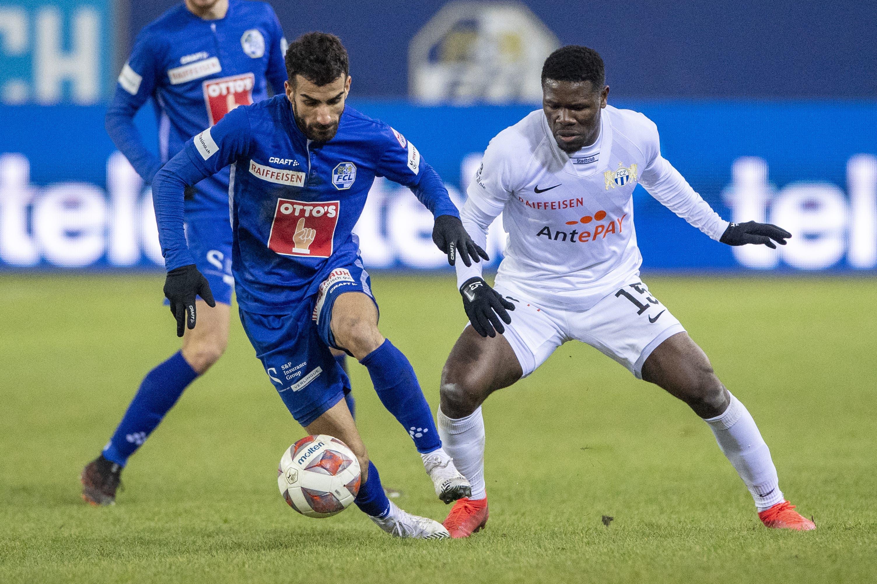 Aktivposten Varol Tasar vom FC Luzern (links) gegen FCZ-Spieler Aiyegun Tosin.