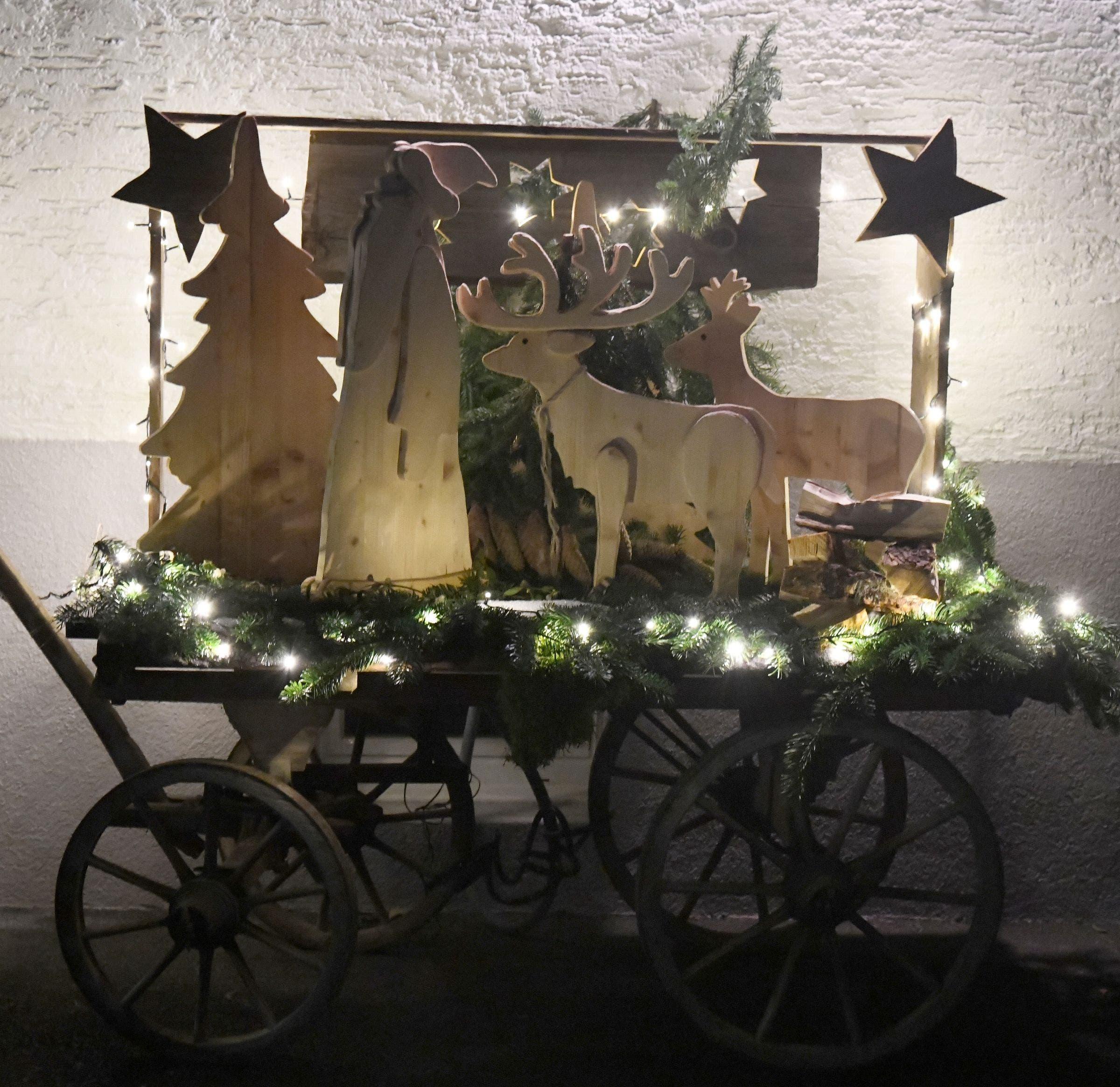 Hölzernes Weihnachtssujet auf altem Handwagen, gesehen am Sonnenweg.