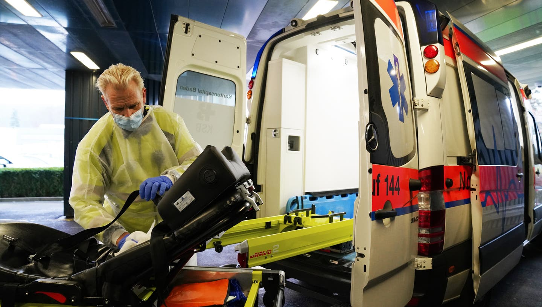 Corona hat den Alltag der Rettungssanitäter grundlegend verändert. Jede Ambulanz muss nach dem Transport eines Covidpatienten desinfiziert werden. (Stefania Telesca / Aargauer Zeitung)