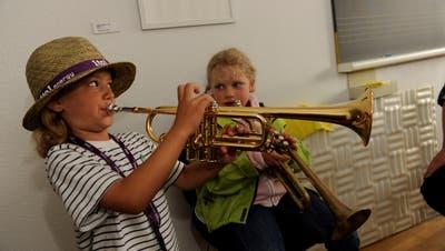 Zwei Kinder üben an der Jugendmusikschule Frauenfeld Trompete. (Bild: PD)