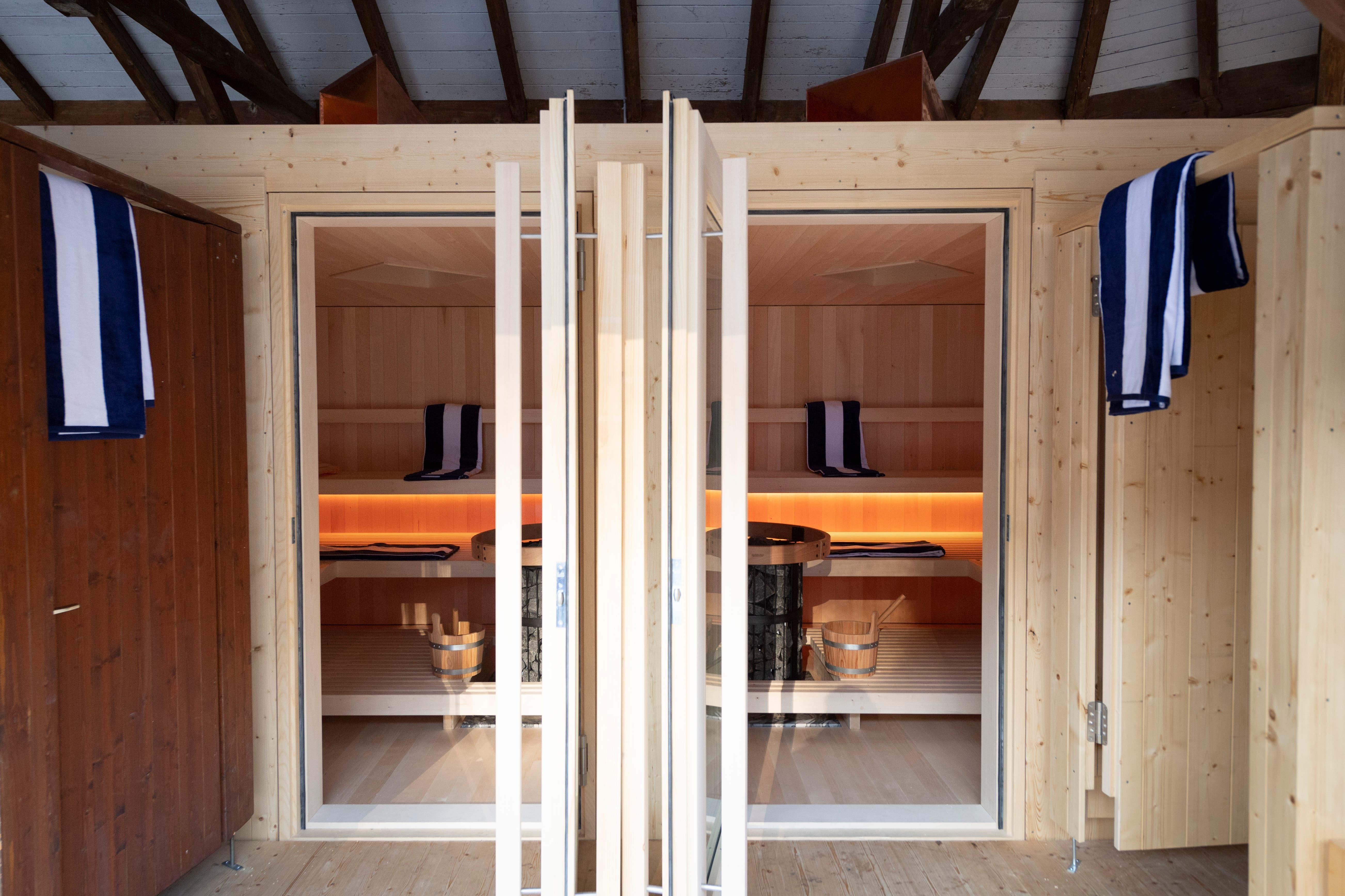 Die neue Anlage - im Bild die Eingänge in die Saunakabinen - integriert sich optimal in die historische Frauenbadhütte.