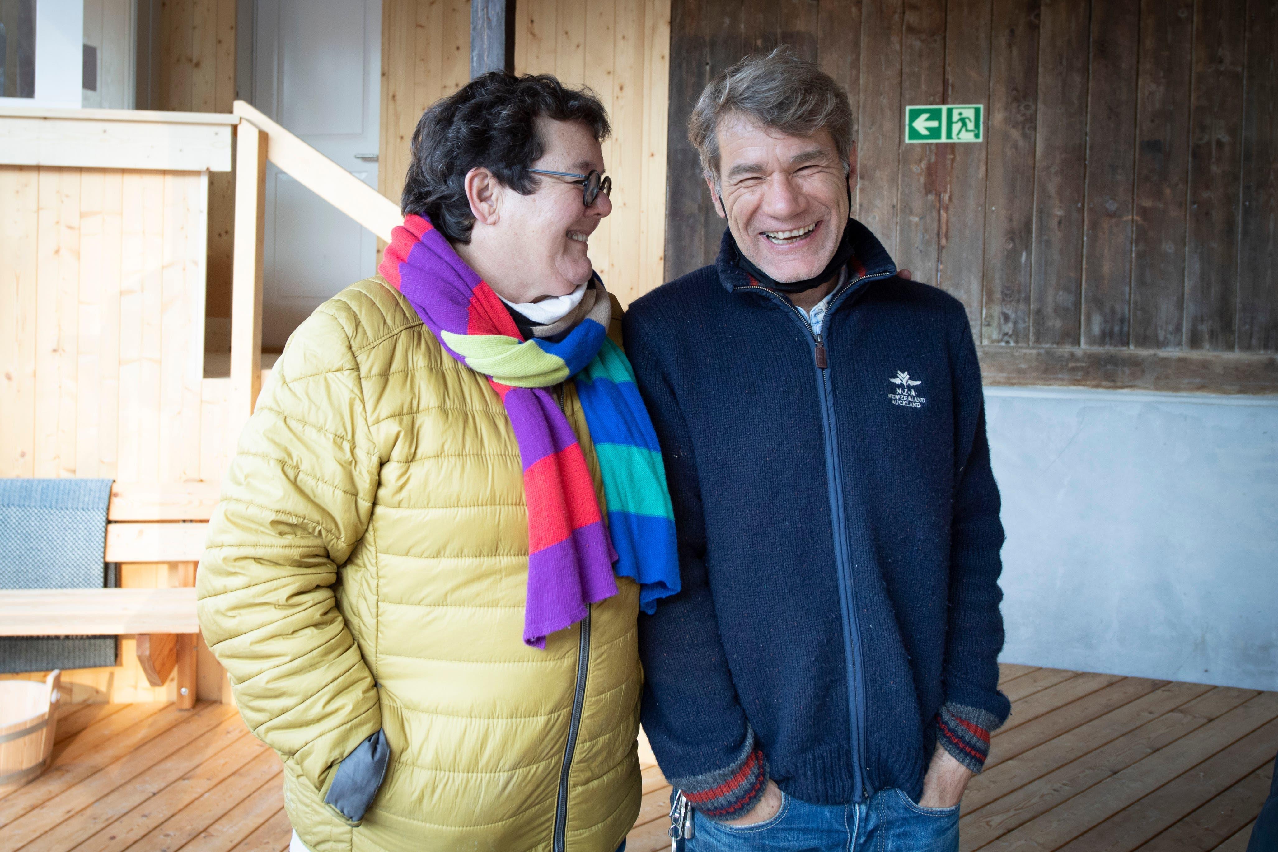Genossenschaftspräsidentin Barbara Ochsner und Anlagenchef Peter Büchler freuen sich über die Wintersauna auf Dreilinden.