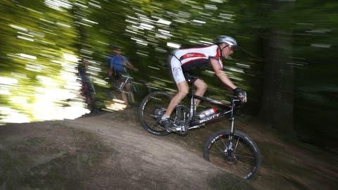 Quer durch den Wald: Mountainbiken wird immer beliebter. (Hansruedi Aeschbacher)