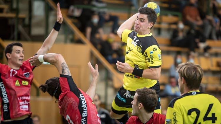 Filip Maros setzt in der Partie gegen Pfadi Winterthur zum Wurf an. (Michel Canonica)