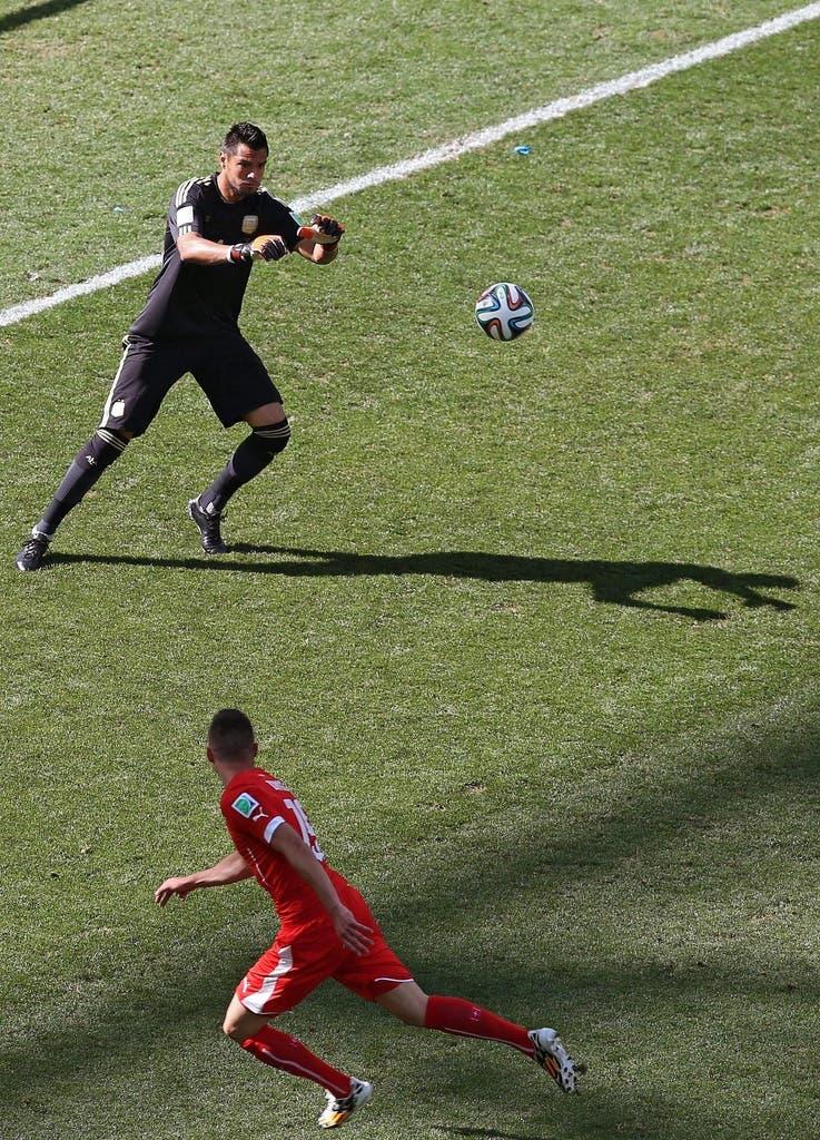 Immer mehr drängen die Schweizer den haushohen Favoriten in die eigene Hälfte. Plötzlich steht Josip Drmic alleine vor dem Tor. Doch anstatt zu schiessen, versucht er einen Lob über Romero - es geht schief.