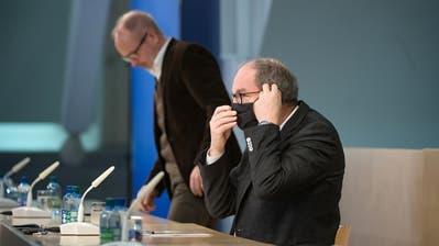 Der St.Galler Gesundheitsdirektor Bruno Damann und Regierungsrat Stefan Köllikerinformierten die Bevölkerung am Samstagmittag mittels Pressekonferenz. (Bild: Michel Canonica)