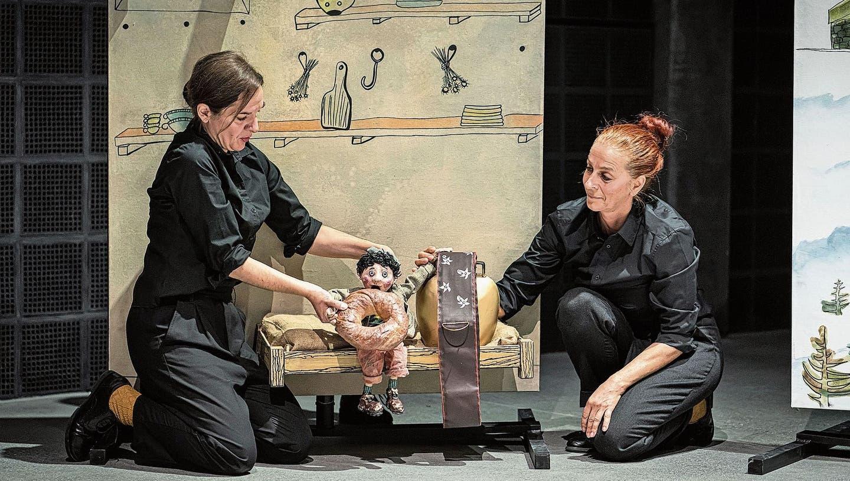 Schellen-Ursli ist mit Hilfe der Puppenspielerinnen von Gustavs Schwestern in Maiensäss angekommen. (Bild: Ingo Höhn (Luzern, Dezember 2020))