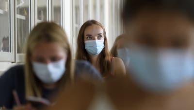 Die Jugendlichen müssen auch während des Unterrichts eine Maske tragen. (Symbolbild: Anthony Anex/Keystone)