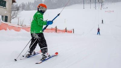 Noch zu wenig Schnee für den Start in die Skisaison: Der Skilift am Tannenberg oberhalb von Waldkirch und Andwil. (Bild: Ralph Ribi (1. Dezember 2020))