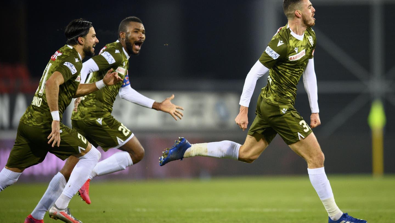 Der Sittener Ayoub Abdellaoui (links) schreit vor Glück nach seinem 2:1 in der 90. Minute. Geoffrey Serey Die und Dennis Iapichino verfolgen ihn lachend. (Laurent Gillieron / KEYSTONE)