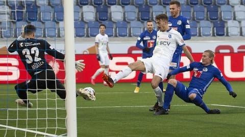 Lausannes Rafik Zekhnini schiebt vor Luzern-GoalieMarius Müller zum siegbringenden 2:1 ein. (Bild: Keystone)