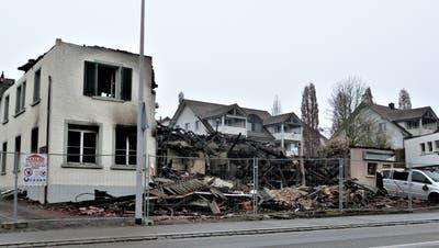 Die Brandruine an der Guntershauser Hauptstrasse zeugt von der verheerenden Wirkung des Feuers. ((Bild: Kurt Lichtensteiger))