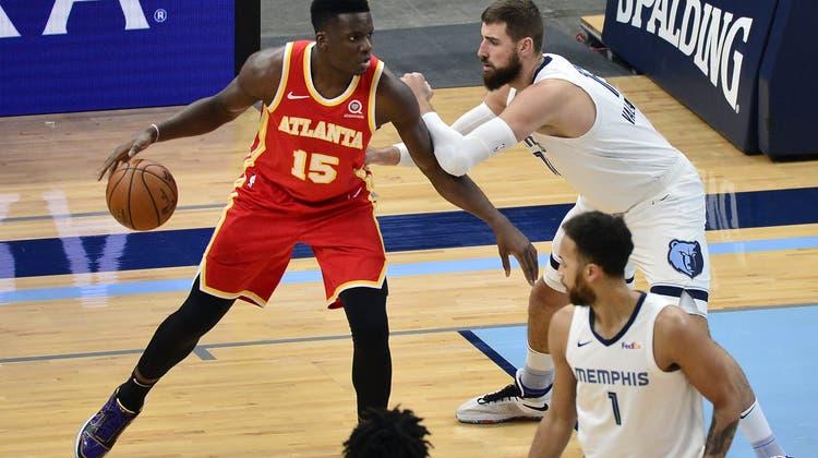Clint Capela (links), der Schweizer im Trikot der Atlanta Hawks. (Brandon Dill / AP (Memphis, 19. Dezember 2020))