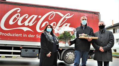 Vizegemeindepräsidentin Regula Meile, der scheidende Gemeindepräsident Beat Weibel und sein Nachfolger Christoph Zarthposieren vor dem für Weibel organisierten Coca-Cola-Lastwagen. ((Bild: Olaf Kühne))