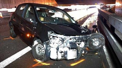 Das Auto kam nach zwei Überquerungen der Fahrstreifen zum Stillstand. (Bild: Zuger Polizei)