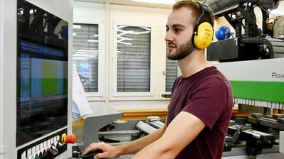 Ein junger Schreiner während einer Weiterbildung. (Bild: PD)
