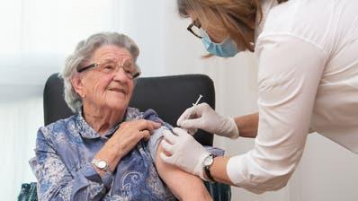 Eine Bewohnerin in einem Nidwaldner Alters- und Pflegeheim erhält die erste Dosis ihrer Covid-19-Impfung. (HO/Staatskanzlei Nidwalden)