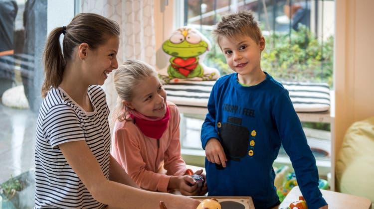 Andrin mit seinen Schwestern Yara (l.) und Nayla in seiner Spielecke. (Bild: Reto Martin)
