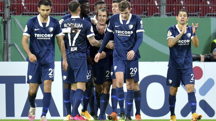 Die Bochumer Spieler jubeln über den 2:2-Ausgleich durch Robert Tesche in der Nachspielzeit. (Torsten Silz / AP)