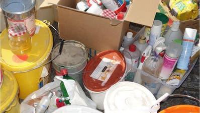 Eine Ansammlung von nicht mehr benötigten Chemikalien aus dem Haushalt bei einer Sammelstelle. (Bild: PD)