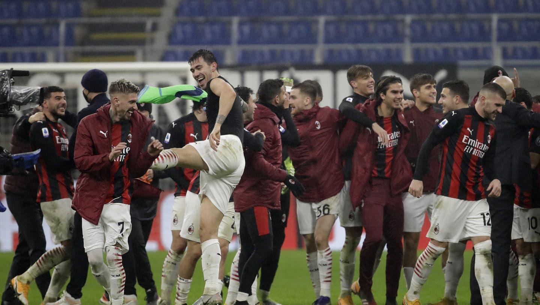 Die Mailänder Spieler haben gut lachen: Sie schlagen Lazio Rom 3:2 und grüssen weiterhin von der Tabellenspitze. (Luca Bruno / AP)