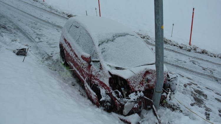 Aufprall ohne Personen: Die Lenkerin und ihre Beifahrerin waren zuvor aus dem Auto gesprungen, als sie dieses nicht mehr lenken konnten. (Kapo SG)