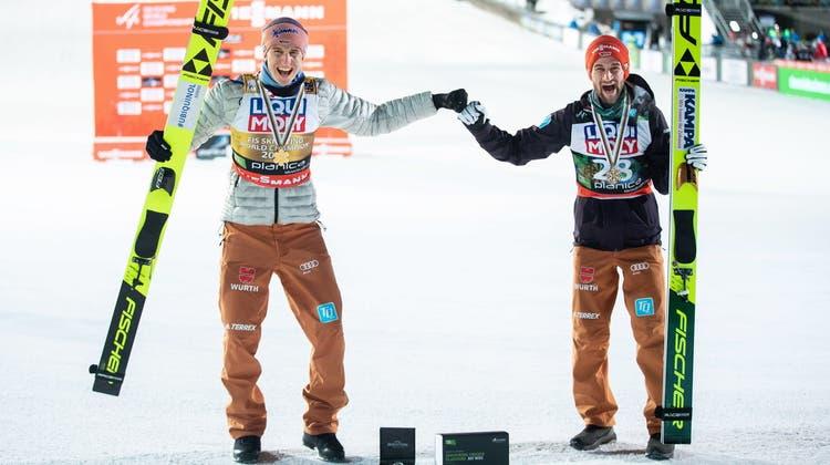 Karl Geiger (links) und Markus Eisenbichler wollen auch an der Vierschanzentournee jubeln und Deutschland den ersten Sieg seit 19 Jahren bescheren. (Keystone)