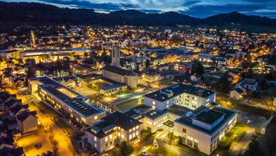 Das Spital Flawil (im Vordergrund) in der Abenddämmerung: Bereits nächstes Jahr wird es geschlossen. (Bild: Michel Canonica)