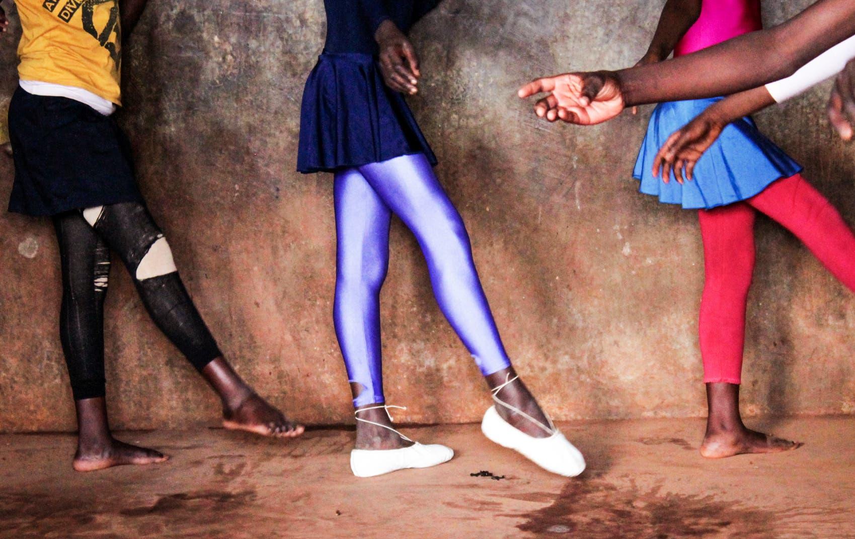 Auch Kinder im Slum sollen Ballett lernen dürfen. Die Kunstschule «One Fine Day» in Kibera, dem Slum von Nairobi, baut auf dem Projekt «Anno`s Africa» auf. Gegründet wurde das Projekt von einem englischen Elternpaar, dessen Sohn Anno bei einem Unfall früh ums Leben kam.