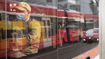 Die bei Herr und Frau Schweizer unbeliebte Maske wird zum Symbol für das Pandemiejahr. (Bild: Tobias Garcia)