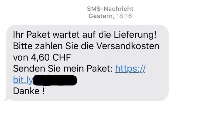 SMS-Nachrichten werden versendet, wonach ein Paket auf die Lieferung wartet, es seien noch Versandkosten fällig. (CH Media)