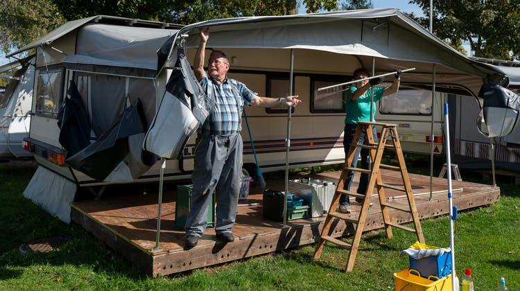 Hans und Margrit Helfenstein aus Sursee brechen ihr Vorzelt auf dem Campingplatz in Sursee ab. (Bild: Dominik Wunderli, 9. Oktober 2020)