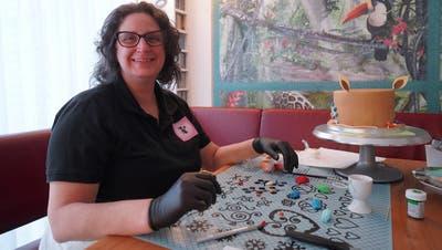 Tortenbäckerin Prisca Wendelgass beim Verzieren ihrer TorteRudolfina. ((Bild: Maya Heizmann))