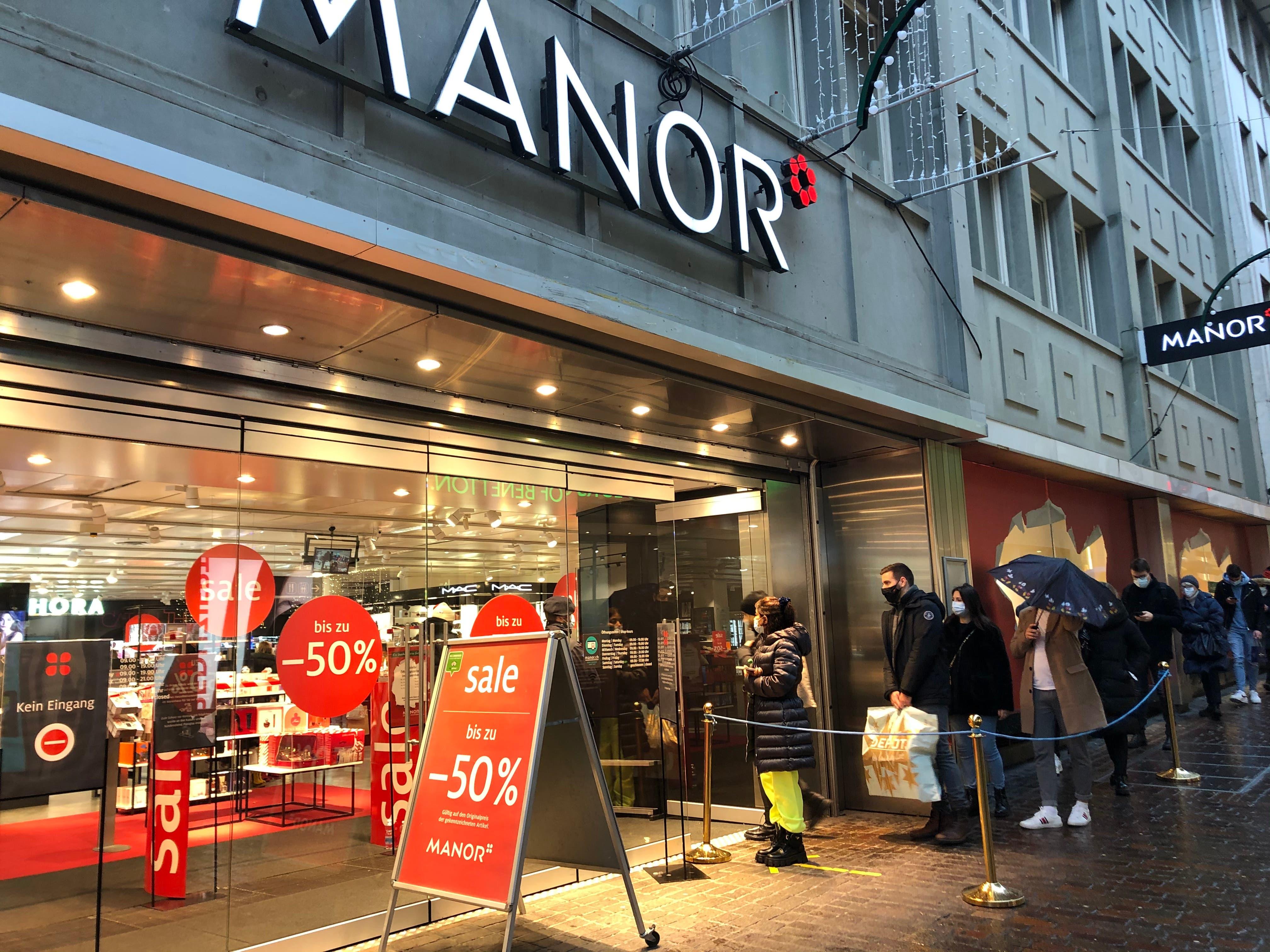 Für die Aktionen im Warenhaus Manor stehen die Kunden Schlange.