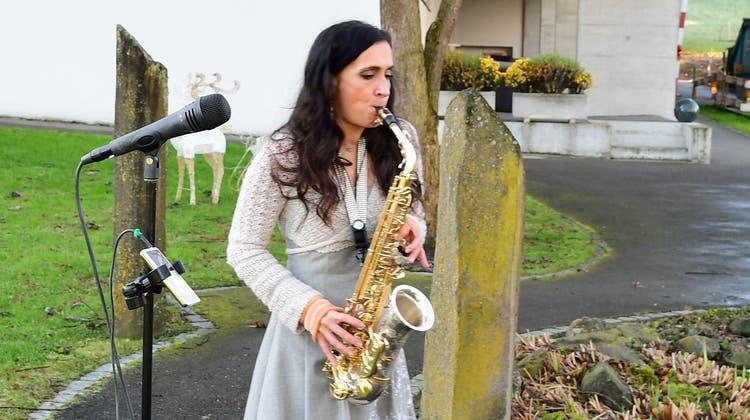 Saxofonistin Edith Chischè spielt im Park des Alterszentrums Bussnang. (Bild: Werner Lenzin (Bussnang, 29. Dezember 2020))