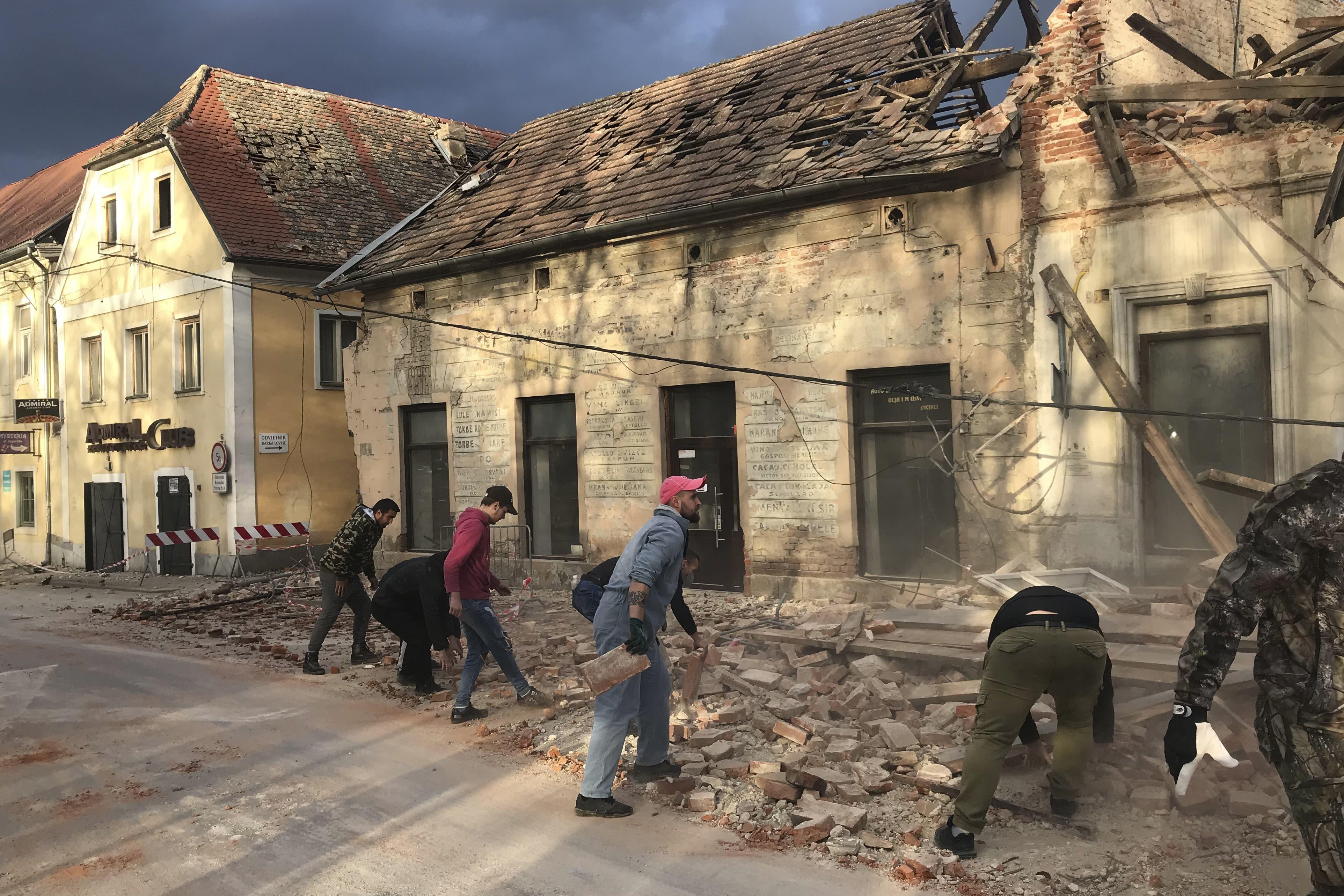 Mit blossen Händen versuchen Freiwillige die Trümmer beiseite zu schaffen.