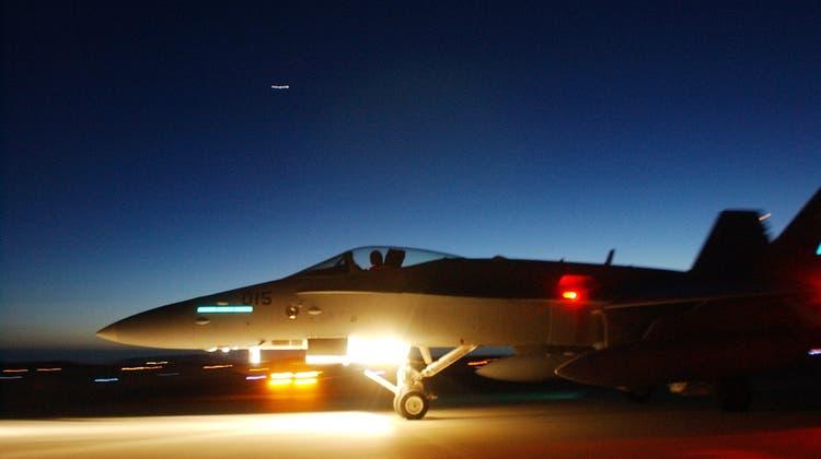 Schweizer F/A-18 beim Nachtflugtraining in Norwegen: Ab Silvester stehen rund um die Uhr zwei Jets für die Luftpolizei bereit. (Keystone)