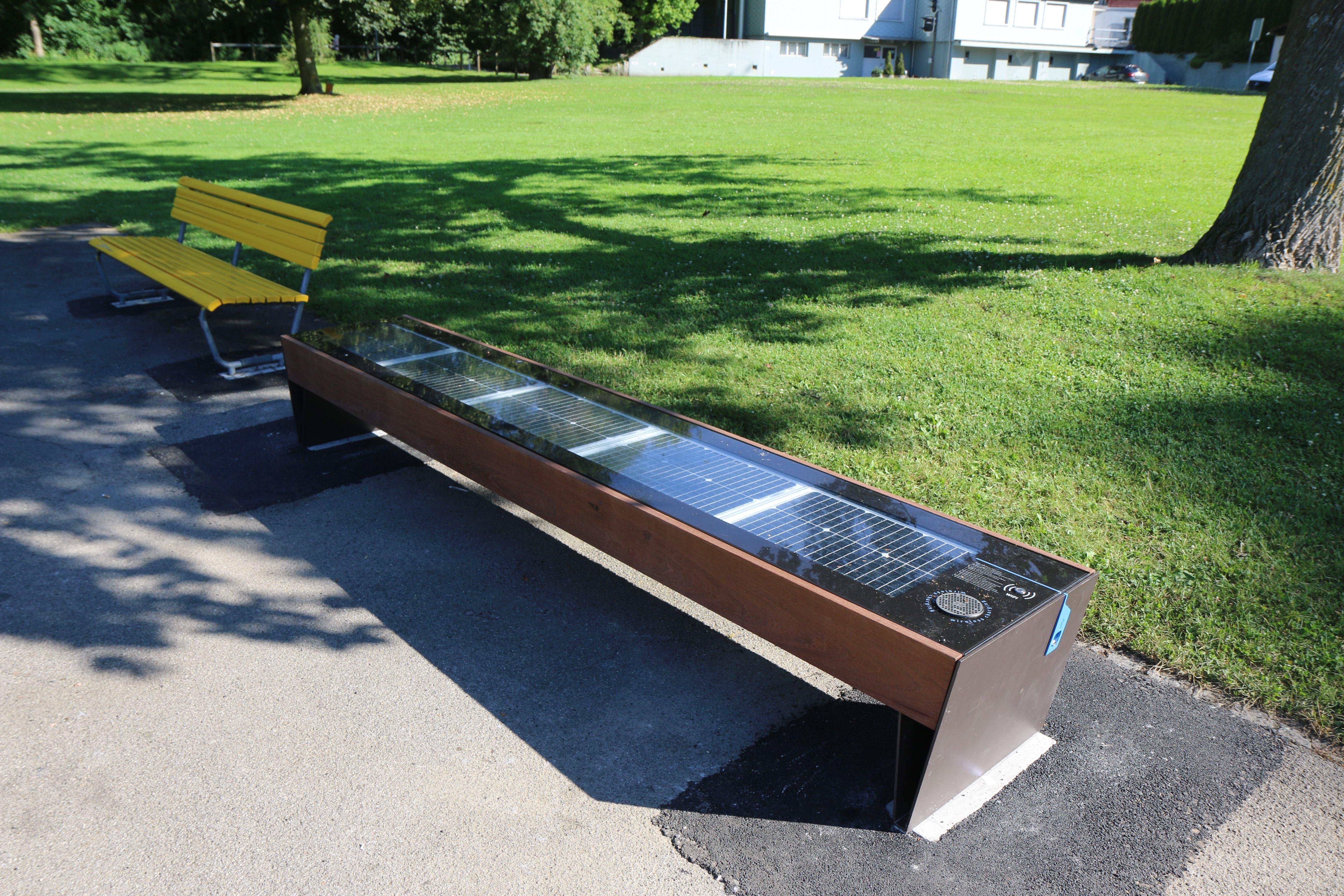 Wil möchte Smart-City werden. Eigentlich sollte ein Solarbänkli, bei dem man sein Smartphone aufladen kann, diesen abstrakten Begriff etwas fassbarer machen. Der Schuss ging nach hinten los: Am ersten Standort war's zu schattig, am zweiten erhitzte sich das Bänkli wegen der Sonne zu stark.