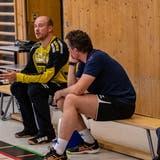 Peter Lang (rechts) im Gespräch mit HCKL-Goalie Paul Bar. (Hardy Konzelmann)